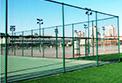 为什么多数球场都用围网围起来